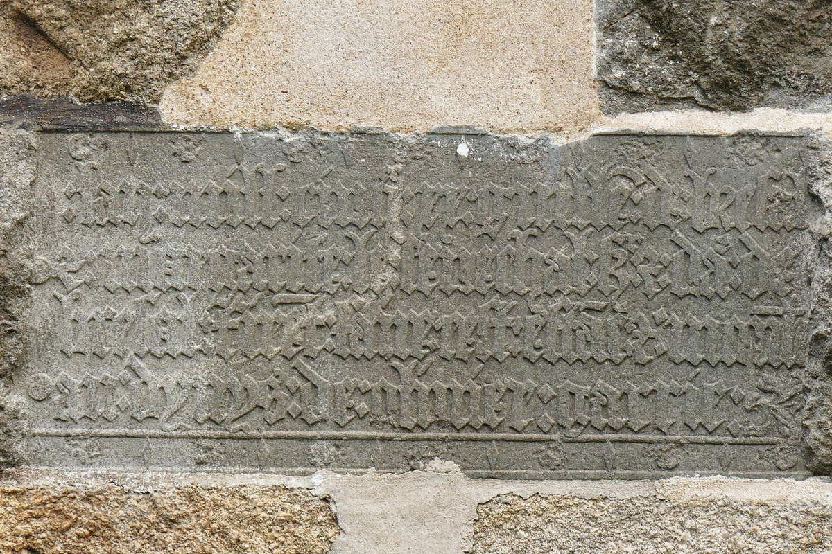 Inscription de fondation (kersanton, 1520) du pignon ouest du Moulin de Brezal, Plounéventer. Photographie lavieb-aile août 2017.