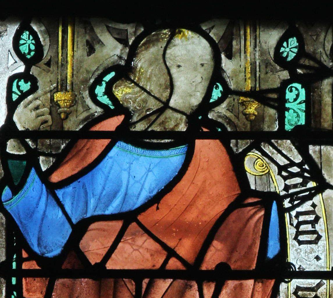 Baie 2, anciennes verrières (avant 1405) de la Sainte-Chapelle de Bourges, crypte de la cathédrale de Bourges. Photographie lavieb-aile 2014.