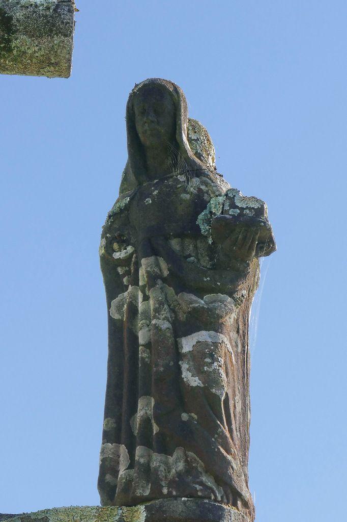 Sainte Claire, kersanton, 1565, Calvaire  de Ty-Croaz à La Martyre (29). Photographie lavieb-aile octobre 2017.