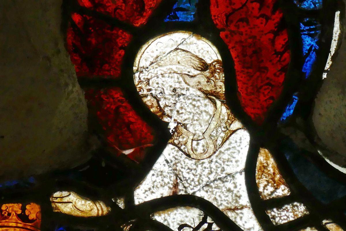 La chapelle Saint-Jacques de Merléac : les vitraux des baies latérales.