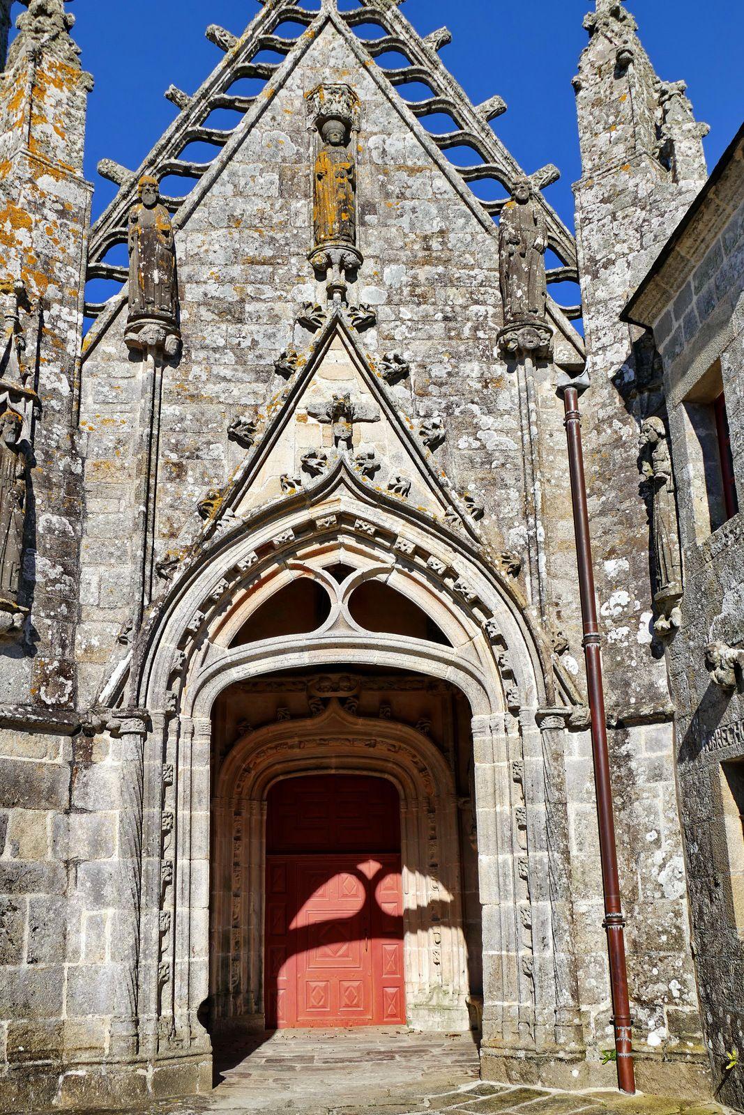 Porche sud de la  chapelle Saint-Tugen en Primelin. Photographie lavieb-aile mars 2020.