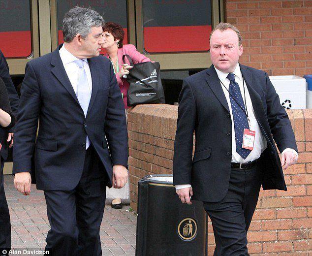 McBride, un ex asesor del primer ministro británico Gordon Brown, aconseja a la gente que almacene comida enlatada y agua embotellada ante un inminente y gigantesco colapso económico