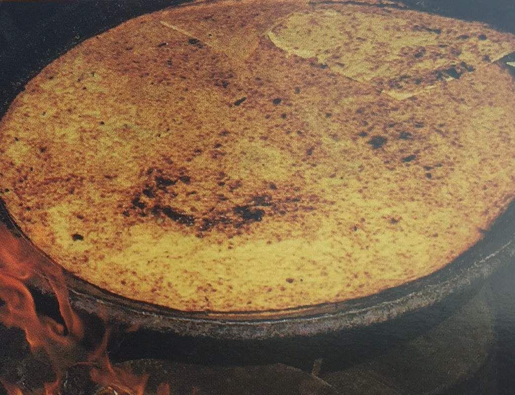 Socca: large crêpe de farine de pois chiches cuite à l'huile d'olive avec eau,sel et poivre.