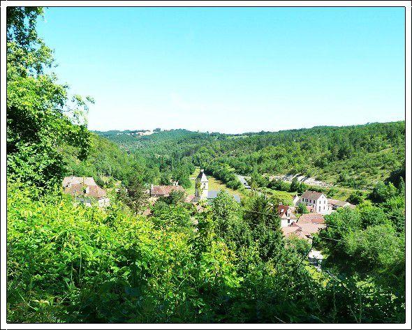 Peyrilles  , tout  petit  village  du Lot  , son château du XIIè siècle   , son église romane