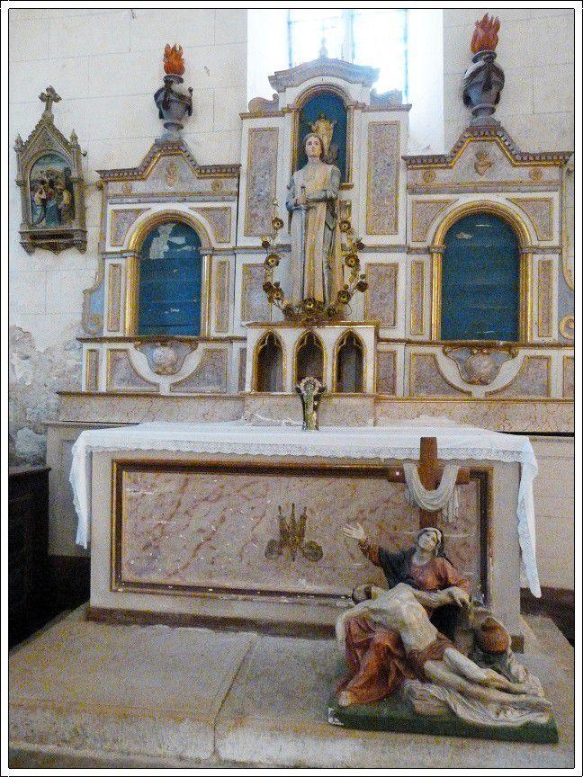 L'église Saint  Pierre du village de Peyrilles datant du 11e siècle et 12e siècle.
