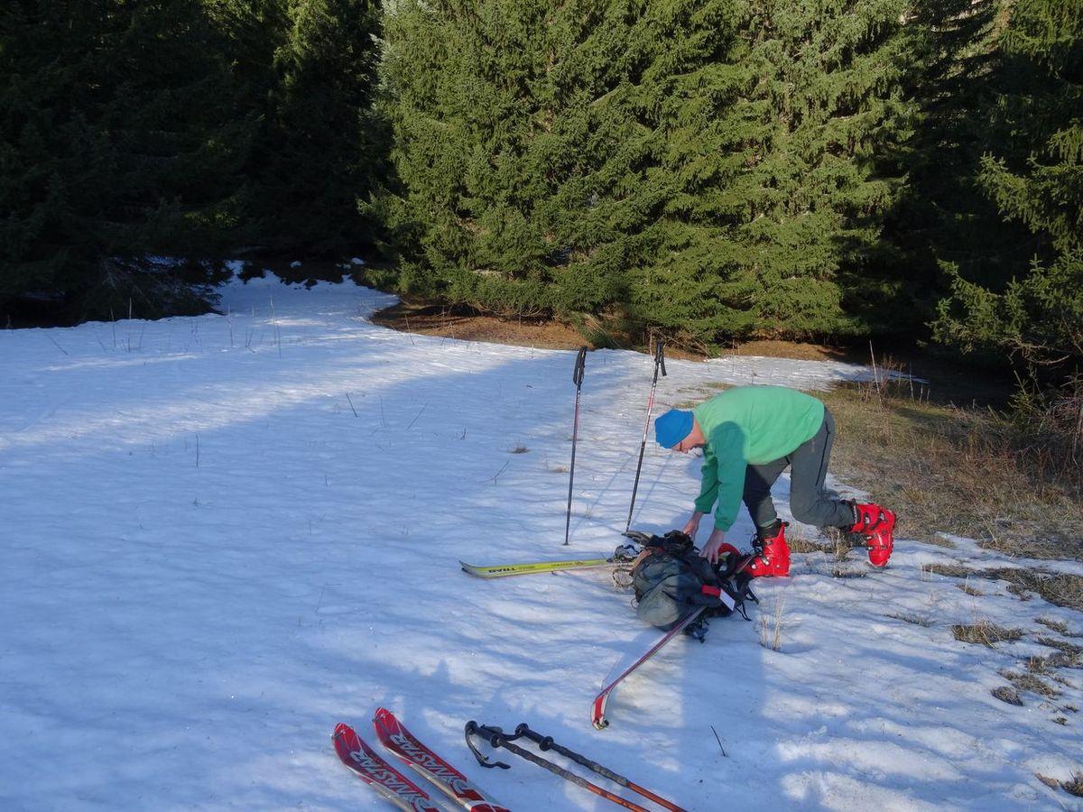 Après 15 mn de marche, on chausse les skis dans les bois , dont on sort assez rapidement
