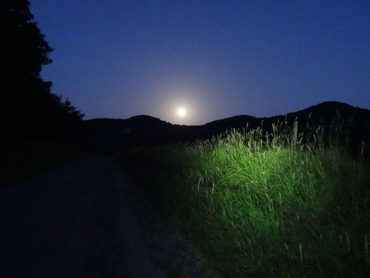 la lune amie éclaire ma grimpée au col de Tourniol