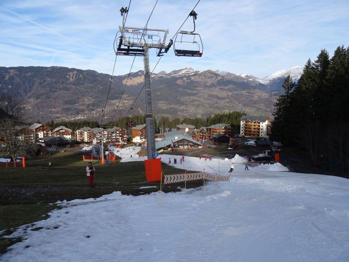 Quand même un peu de neige en haut !!! Dernière photo arrivée à Morillon .