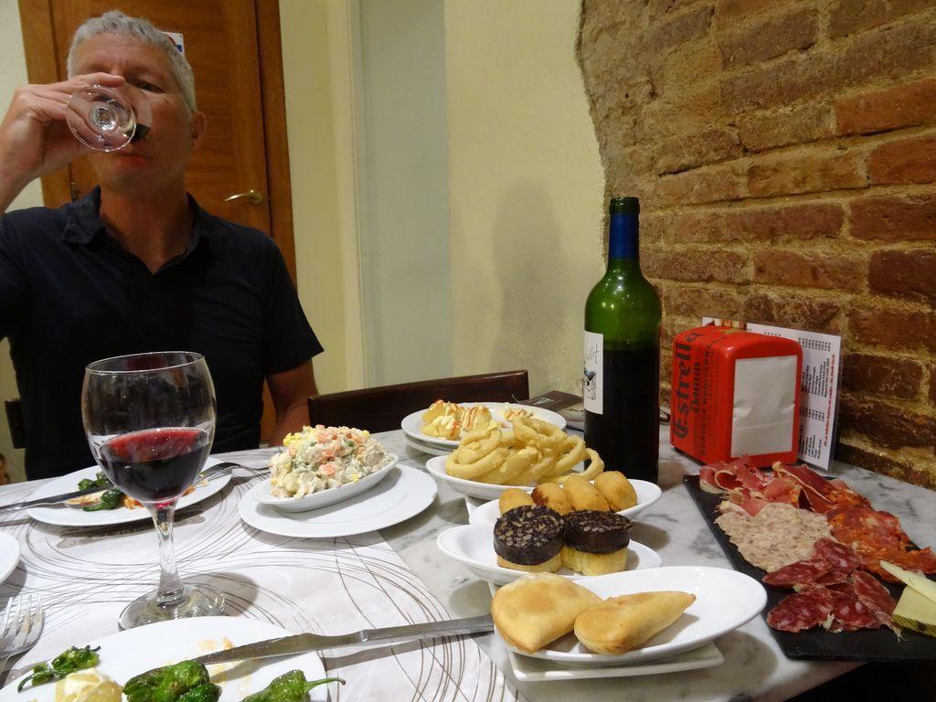 Dîner espagnol avec un menu tapas ! (cafe resto Elisabets) ... ils nous ont fait rentrer les vélos dans le resto !