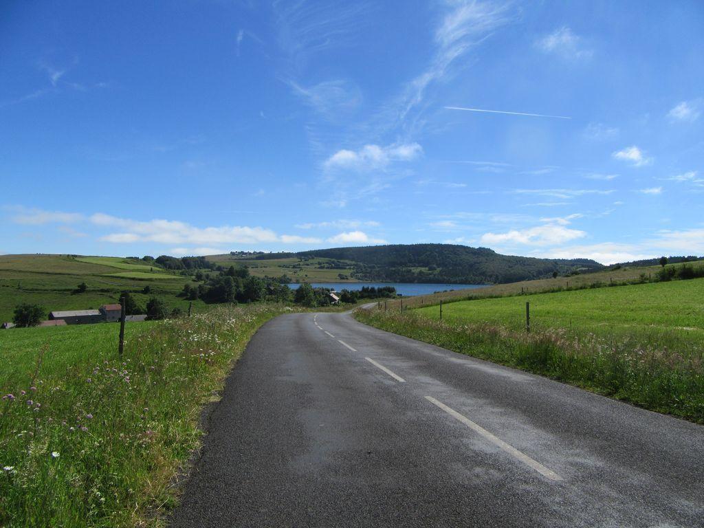 Les plateaux et le lac de St Front (où parait-il les touristes ne sont pas bienvenus)