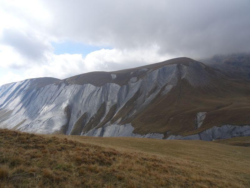 A droite les falaise qui empêche de rejoindre le col en descente depuis le haut de la bosse