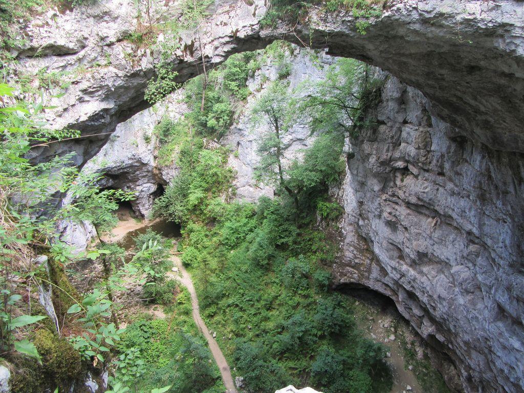 Première partie avec arches, gouffres, rivière souterraine , superbe !