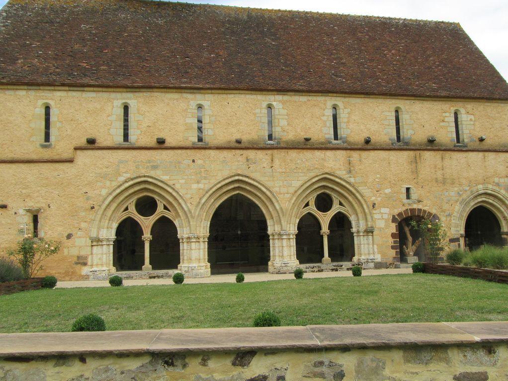 Magnifique facade d'un prieuré en bord de route, à 9 km de Reuilly