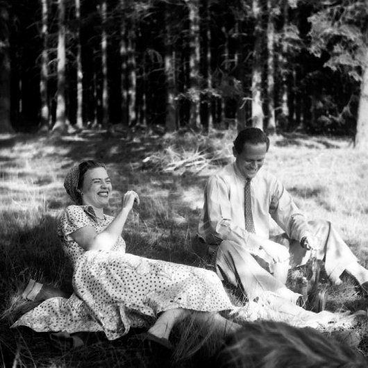 Accident de voiture après le baptême de Albrecht Sayn-Wittgenstein-Hohenstein, le 14 mai 1950 - Baronne Thyssen Teresa avec le comte Ivan Batthyani, 1950 - Prince Ludwig zu Sayn-Wittgenstein bronzer, Octobre 1956 - la récolte de pommes de terre au Sayn.Prince Ludwig (à gauche avec le chapeau), Yvonne  (à cheval) - Photo de la princesse Yvonne Sayn-Wittgenstein-Sayn (13 ans) qui boit une gorgée... tandis que le prince Alexandre (12 ans) est assis avec une cigarette à demi consumée.Pris à bord du yacht de Bartholomé (Majorque) en 1955 - prise par leur mère: la princesse Marianne...