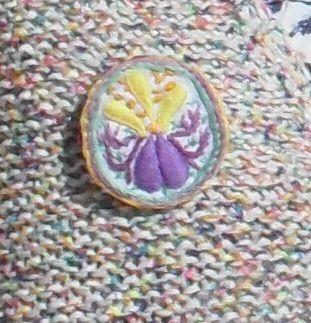 Bijou fleur fantaisie fait main dans les tons violet jaune et orangé