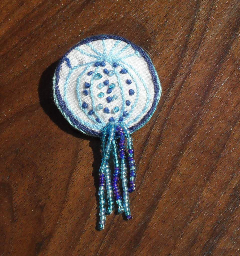 Bijoux faits main en coton brodé par Mélantine