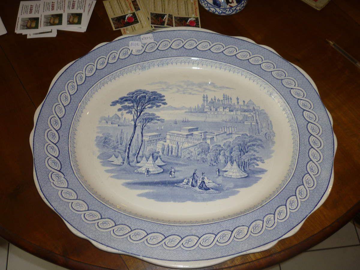 Grand plat ovale en faïence ancienne à vendre