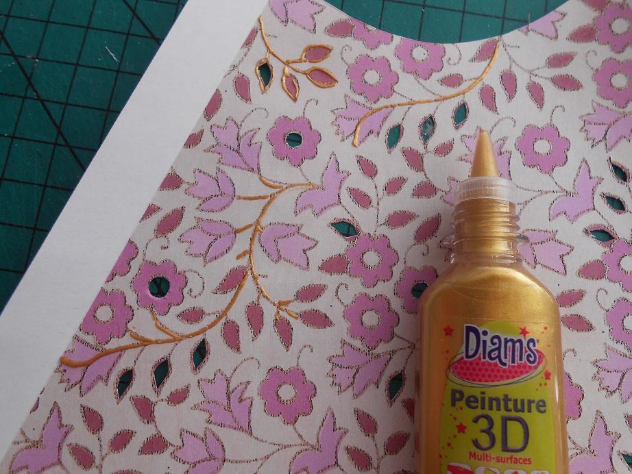 Décorez de peinture 3D dorée