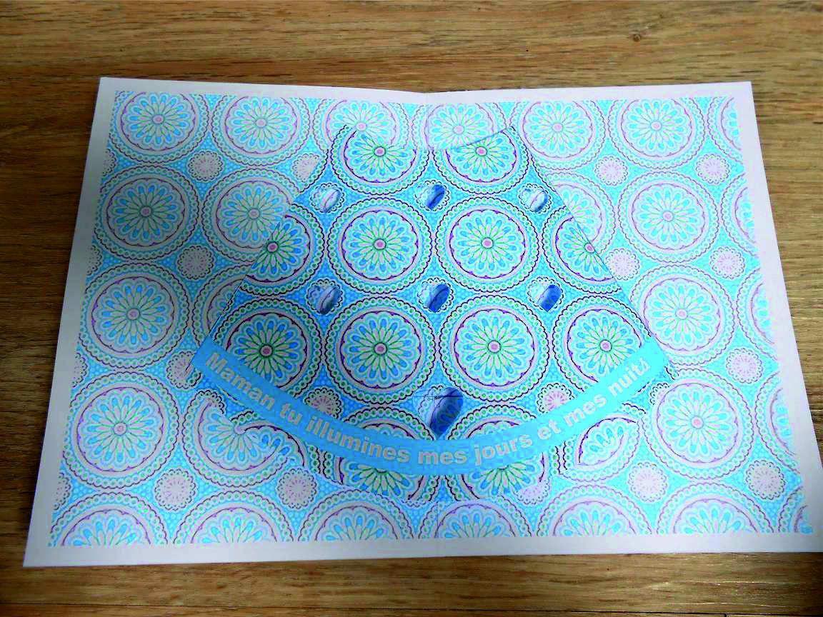 carte à plat, à glisser dans une grande enveloppe ou une pochette cadeau