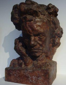 Nous passons ensuite dans une galerie étroite où l'on peut voir une quantité de bustes de Beethoven. Un tel nombre  se comprend lorsqu'on apprend que le sculpteur et le musicien se ressemblaient énormément dans leur jeunesse.