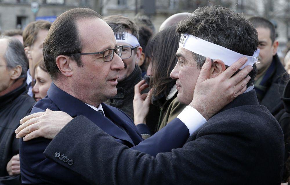 LE FOU RIRE DE L'EQUIPE DE « CHARLIE HEBDO » PENDANT LA MARCHE