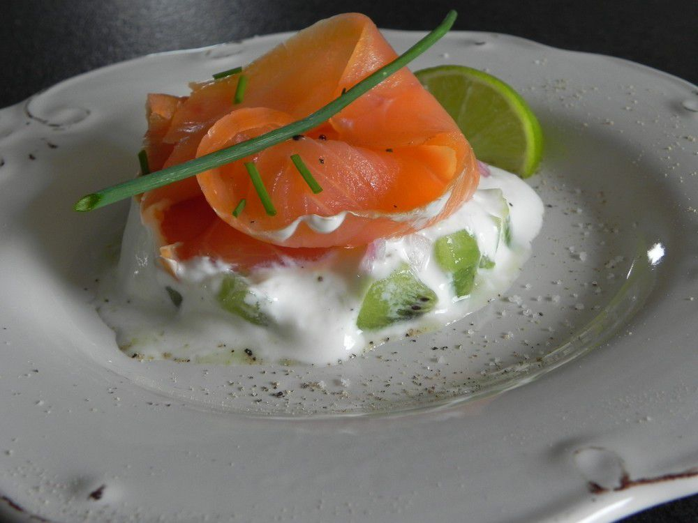 Saumon fumé, kiwi et sauce au yaourt grec et citron vert
