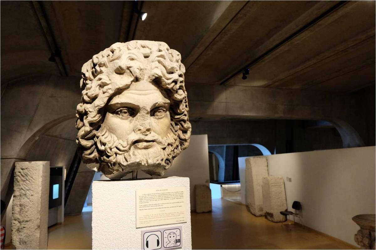 La tête monumentale d'une statue qui devait faire 3 mètres !