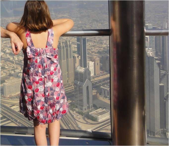 La ville de Dubaï vue de Burj Khalifa, comme s'il s'agissait d'une petite maquette...