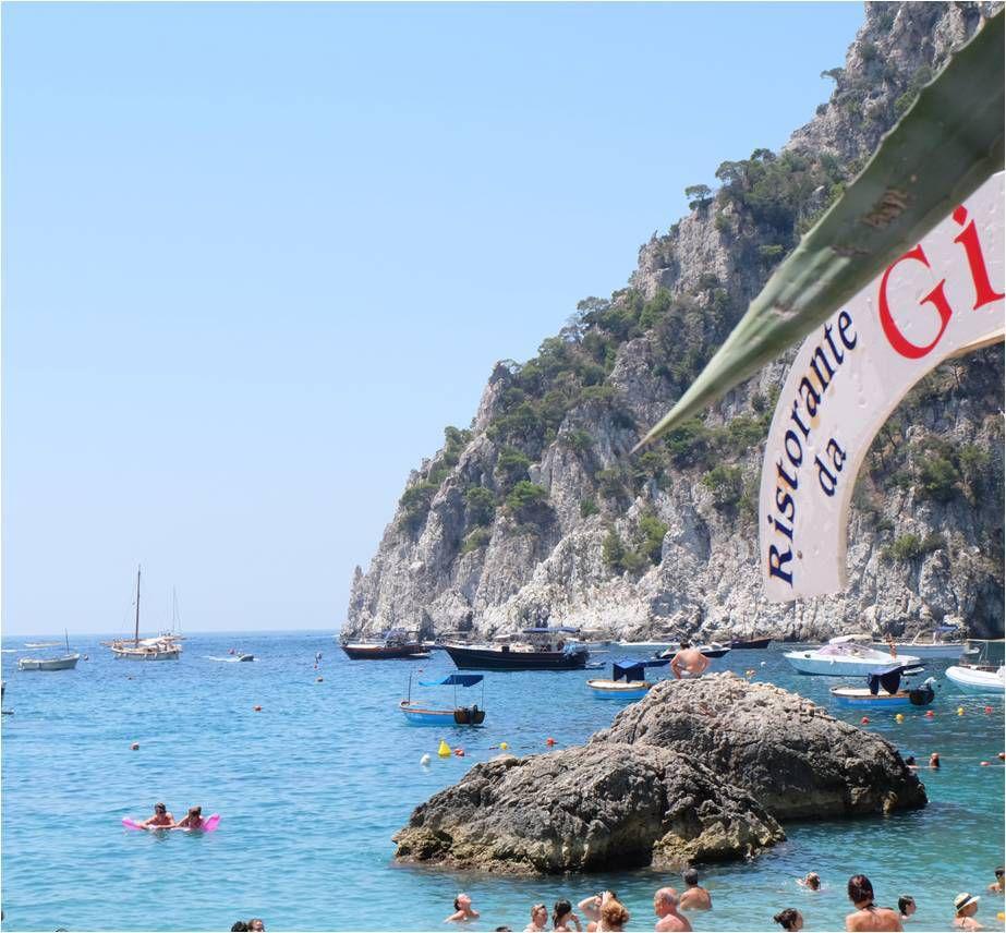"""La plage à Capri, lieu de passage obligé des blogueuses mode pour un photoshoot par leur """"instagram husband""""... Sinon c'est aussi parfait pour la soupe aux cailloux (la version blogueuse maman)"""