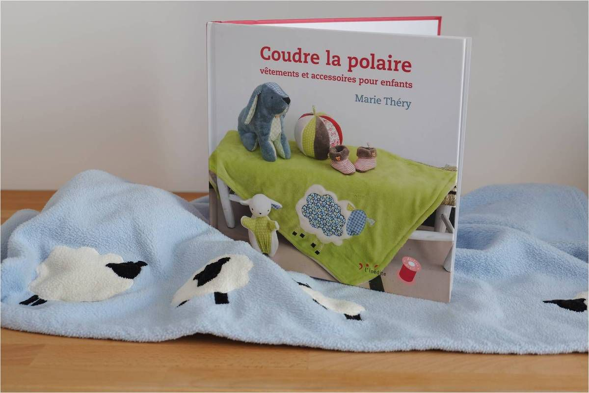 Cette jolie couverture en polaire décorée de moutons est l'un des plus jolis cadeaux de naissance hand-made que nous avons reçus !