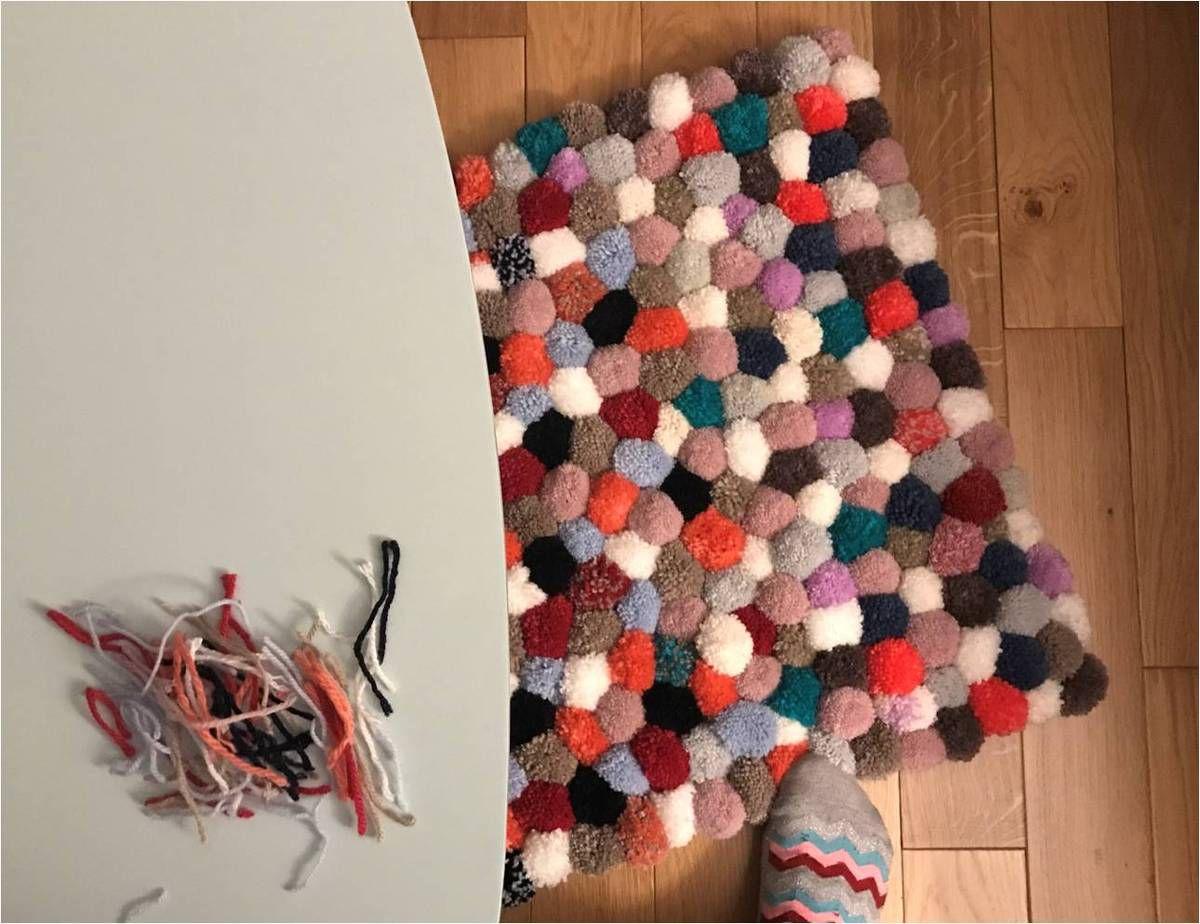 faire son tapis de pompons diy lucky sophie blog maman. Black Bedroom Furniture Sets. Home Design Ideas