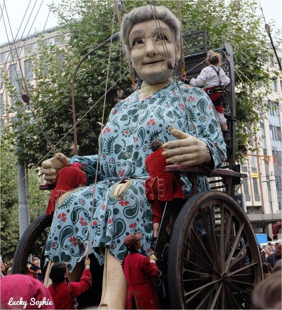 Dans sa chaise roulante, la Grand-Mère peut avancer à une vitesse de 3 km / heure !