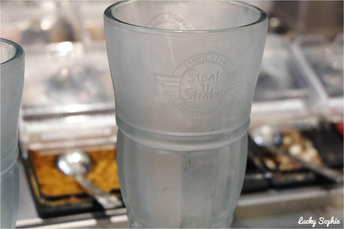 Secret de cuisine : le milkshake est servi dans une coupe en verre réfrigérée pour rester frais plus longtemps !