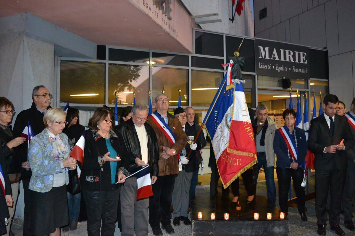 Hommage aux Victimes des attentats de Paris, à Bourg-lès-Valence, présent le drapeau du Souvenir Français. novembre 2015