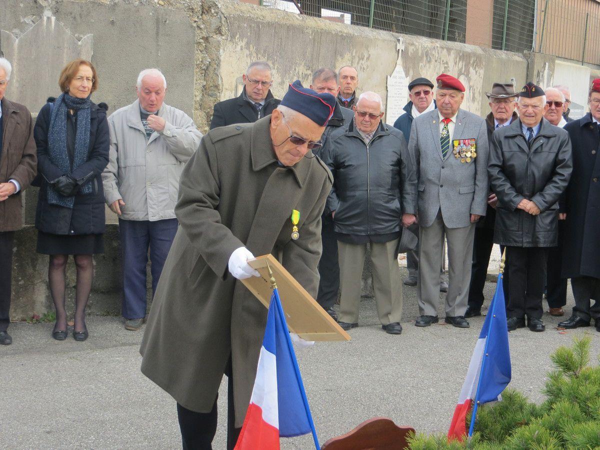 - photo 15  le portrait du sergent-chef Alexis GUARATO porté par le caporal-chef Frédéric L'HOTE de la délégation d'ELoCA.
