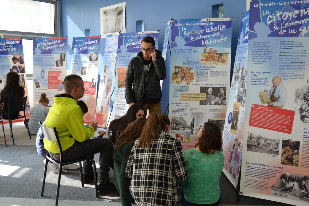 Bourg-lès-Valence Lycée des Trois Sources, présentation, sous la présidence du Directeur de Cabinet du Préfet Stéphane Costaglioli, de l'exposition 'La Citoyenneté'. mars 2016.