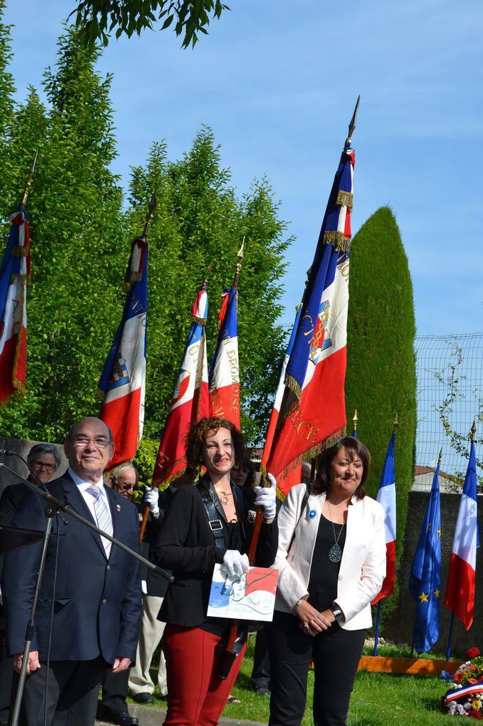 Bourg-lès-Valence, remise d'Insigne et diplôme d'honneur de Porte-drapeau à Amandine Benzaka lors de la cérémonie du 71éme anniversaire de la Victoire du 8 mai 1945. mai 2016