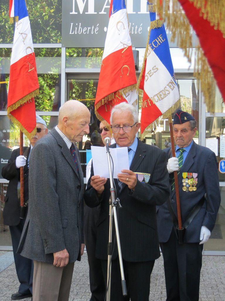 - Pierre ROUX aux côtés du président YH Guilloud lors de la cérémonie de la Libération de Bourg-lès-Valence