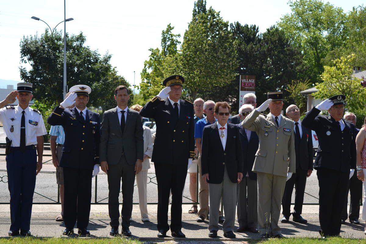 -photo 8: le lieutenant-colonel Robert BOREZEE, Grand Résistant Commandeur de la Légion d'Honneur, avec le président YH Guilloud.