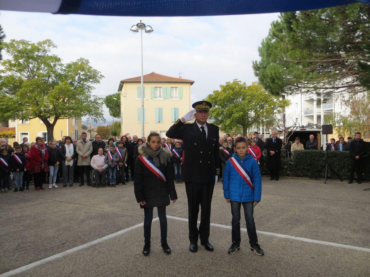 - au monument aux morts de Bourg-lès-Valence, avec le Souvenir Français depôt des 'Galets du Souvenir-Fleurs symboles de la Grande guerre' et la composition florale par des élèves de l'école Ste Thérése.
