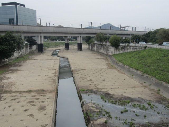 nous traversons un charmant cours d'eau. Admirez le pont metropolitain