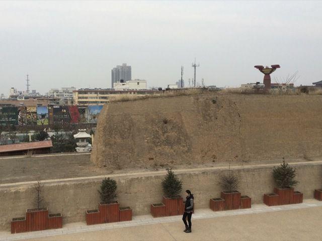 une muraille de mille ans ? Derriere, la banlieue lointaine de Xian
