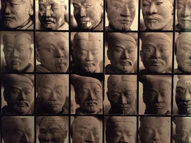 une galerie de portraits des soldats en terre cuite du mausolée de l'empereur Qin ?