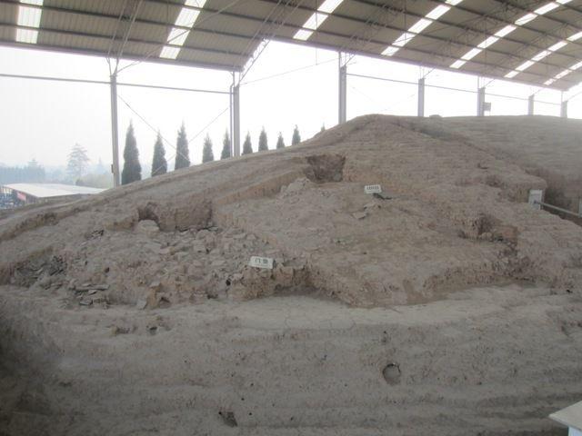 des restes de l'ancienne muraille - porte est