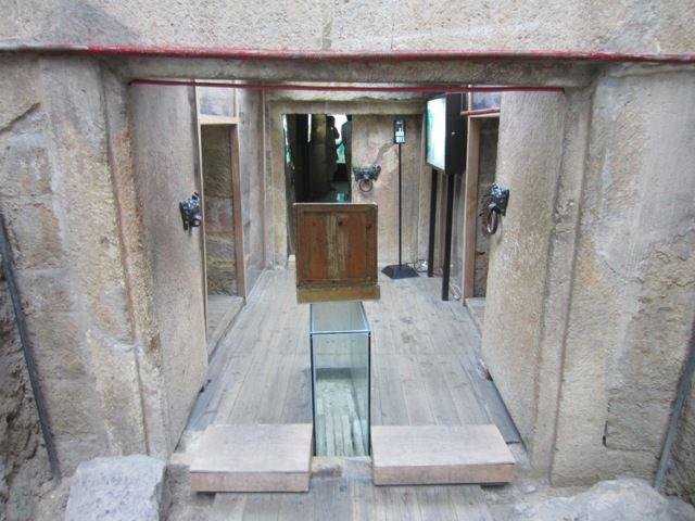 les portes de la tombe, qu'un astucieux mecanisme empechait de rouvrir apres leur fermeture