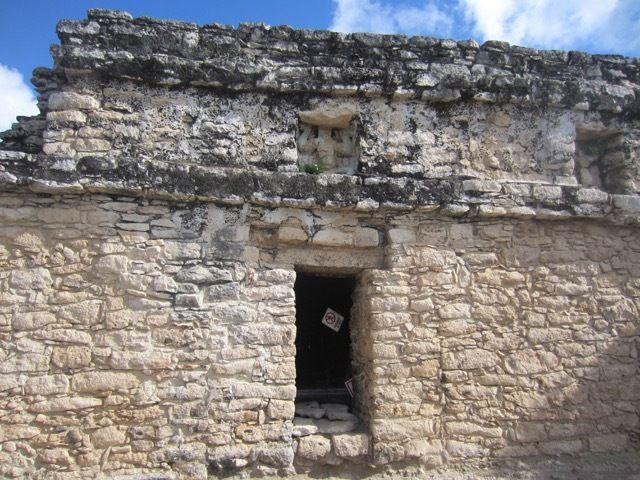 le temple au sommet de la pyramide. Une grille empeche de rentrer dedans