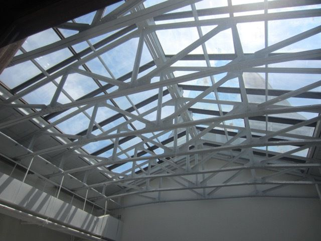 "au-dessus du skylight de la ""North Hearing Room"""
