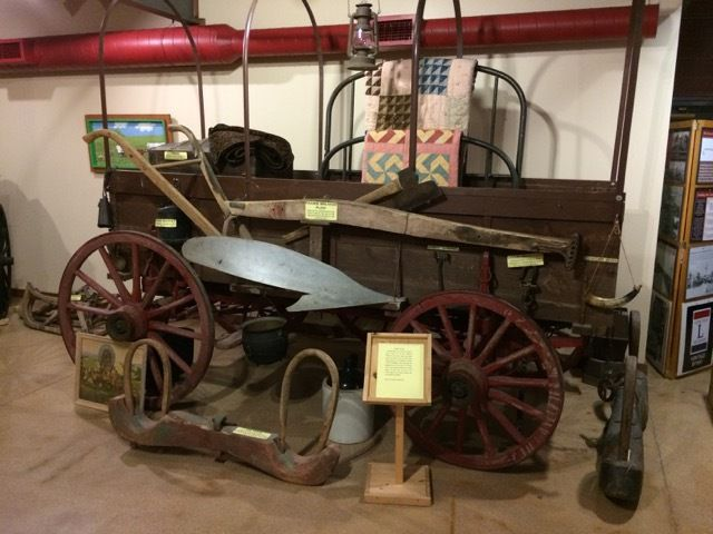 covered wagon = chariot (pouvant etre) couvert