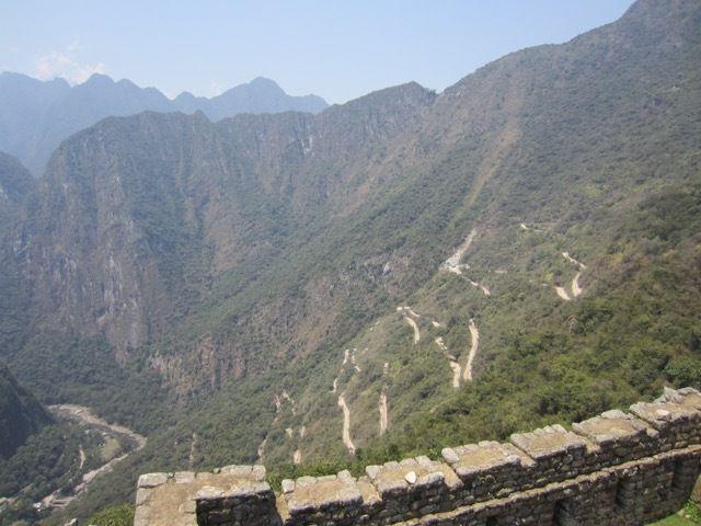 d'ici on peut bien voir les lacets de la route qui monte depuis Aguas Calientes