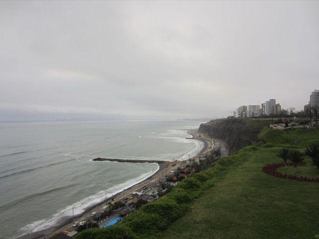 l'ocean Pacifique a Lima, avec des surfeurs